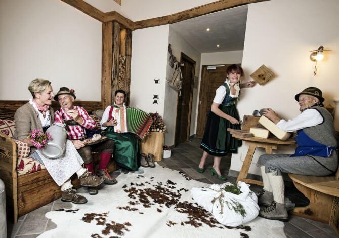 Famiglia Pellegrin in abiti tradizionali