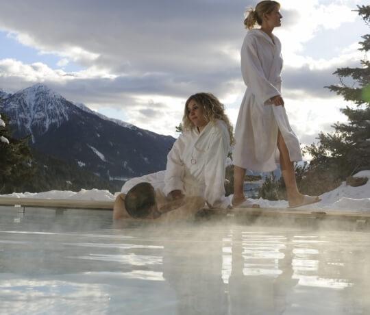 Jungen entspannen sich im beheizten Pool