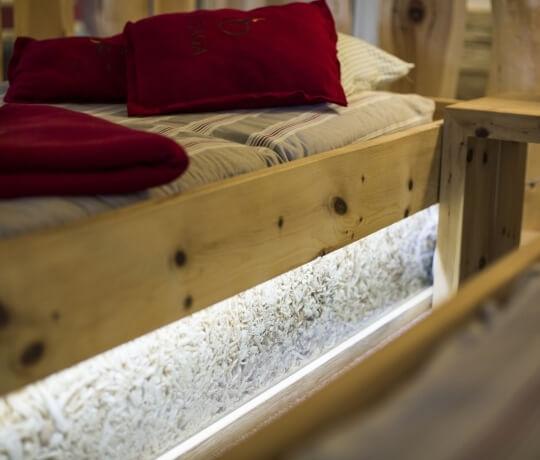 Bett in Zirbelkiefer