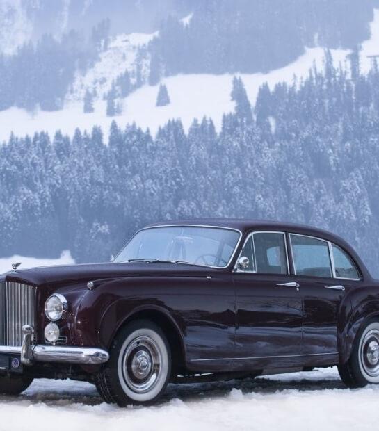Bentley d'epoca sotto la neve