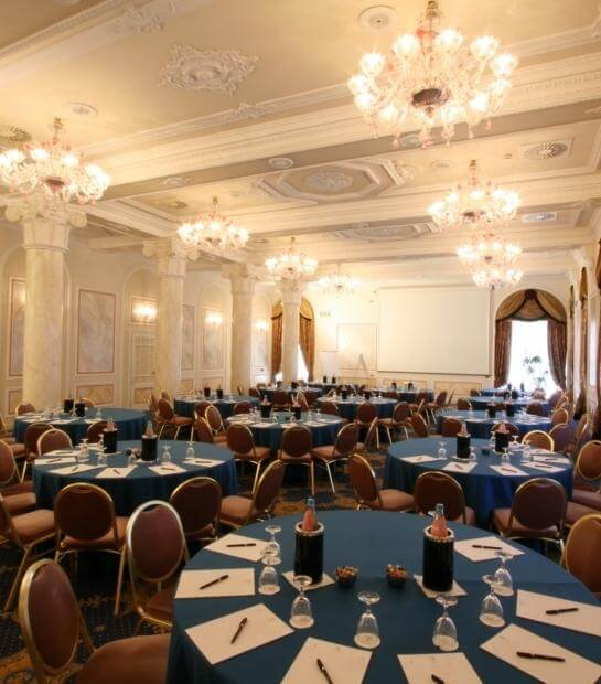 Tavoli con menù nella Sala Camelia