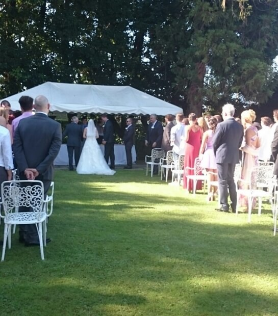 Celebrazione matrimonio nel giardino