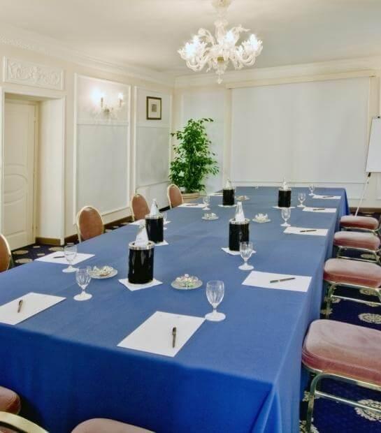 Tavolo per meeting nella sala Clio