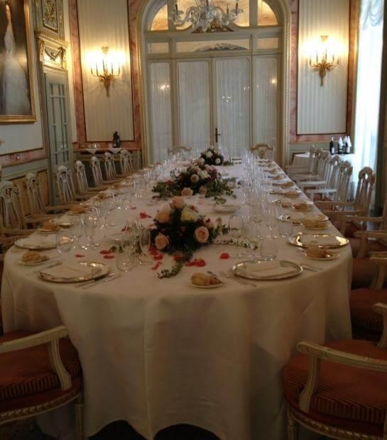 Tavolo reale apparecchiato e ornato con rose rosa