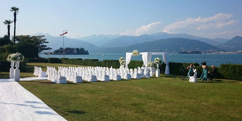 Altare per le nozze nel giardino