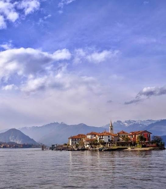 Panoramica sull'Isola dei Pescatori e sulle montagne
