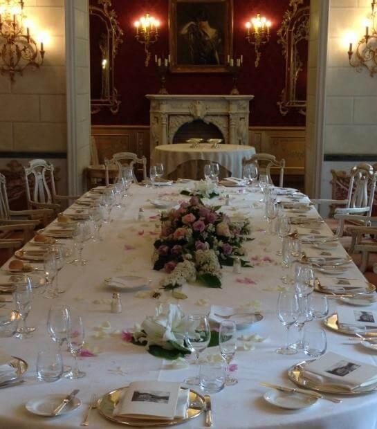 Tavolo reale con ornamenti floreali nella Sala Magnolia