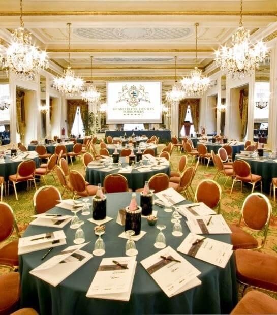 Tavoli con menù nella Sala Meazza