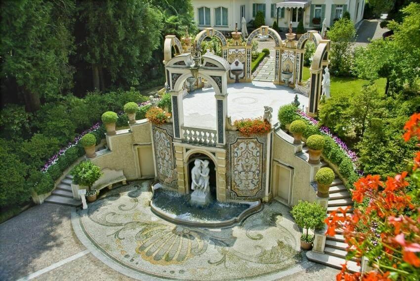 Vista del parco con statua e fontana