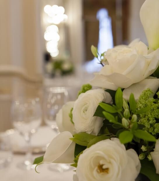 Bouquet di rose bianche nel ristorante