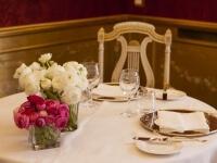 Tavolo apparecchiato nella sala Caminetto