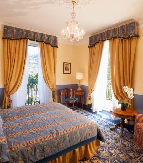 Comfort ed eleganza nella camera con vista giardino