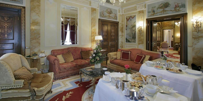Zona living con divani nella Hemingway Suite