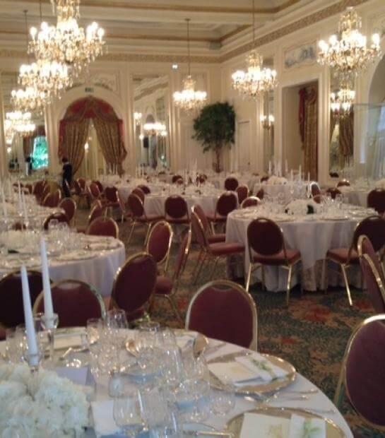 Dettagli dei tavoli con poltrone rosse nella Sala Meazza