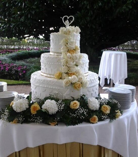 Wedding Cake con fiori gialli e bianchi