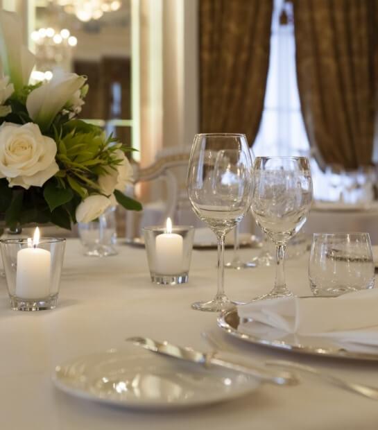 Tavolo nuziale con calici e candele