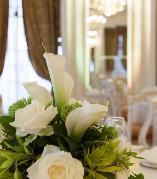 Dettaglio del tavolo con bouquet nuziale
