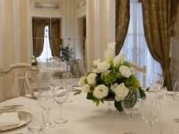 Tavolo bianco con ornamento floreale