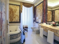 Bagno in marmo nella Hemingway Suite