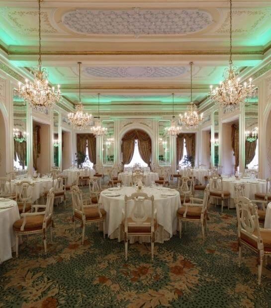 Panoramica della sala con luci verdi