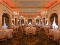 Luci rosse sulle pareti della Sala Meazza