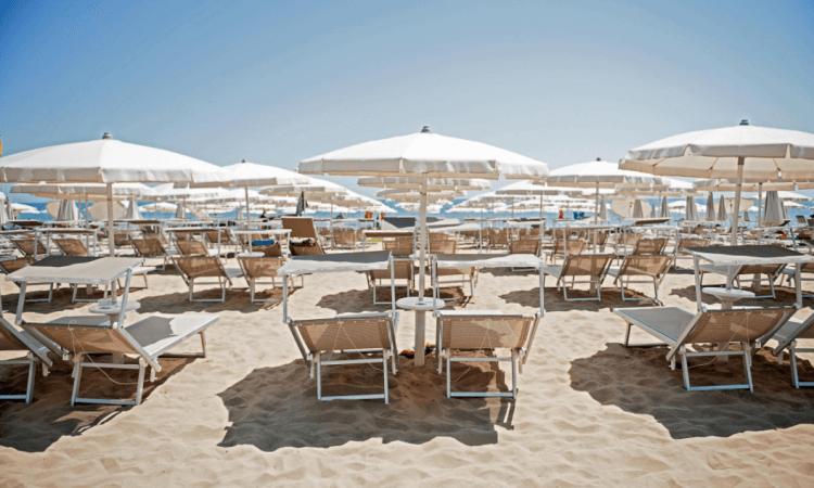 La spiaggia privata dell'hotel è stata premiata con la bandiera blu e gestita con criteri di ecosostenibilità