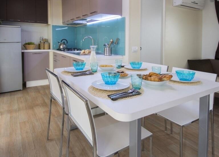 Tisch und Küche der Bungalow