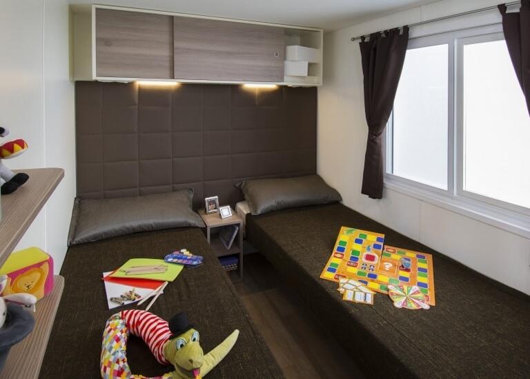 Schlafzimmer mit zwei Einzelbetten der Bungalow Garden Suite