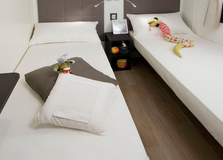 Bedroom with single beds of the Paradise Suite Bay Bungalow