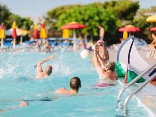 Ein Schwimmbad, das auf Spaß ausgelegt ist.