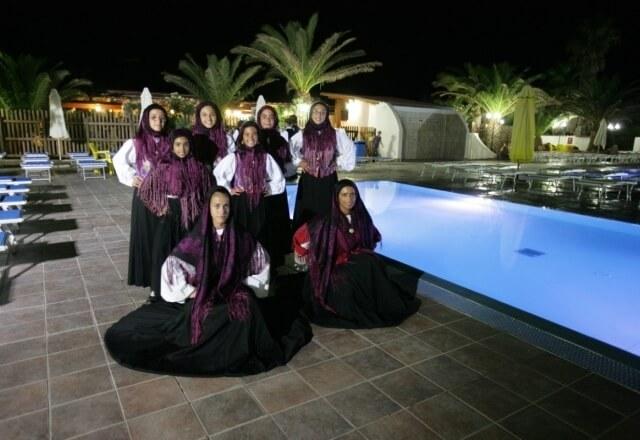 Ragazze in costume tradizionale sardo alla Torre del Porticciolo