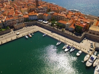 Überblick über den Hafen von Alghero