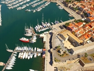 Boote im Hafen festgemacht