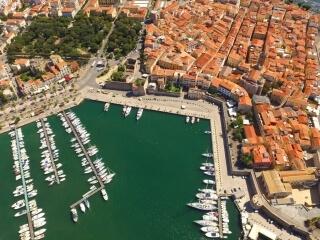 Algheros Innenstadt zwischen Hafen und Gärten