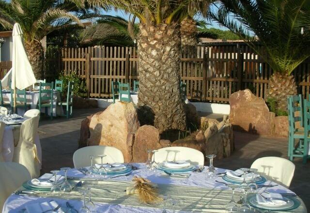 Tavolo apparecchiato nel cortile del ristorante