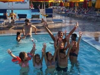 Kinderen in het zwembad met animatoren