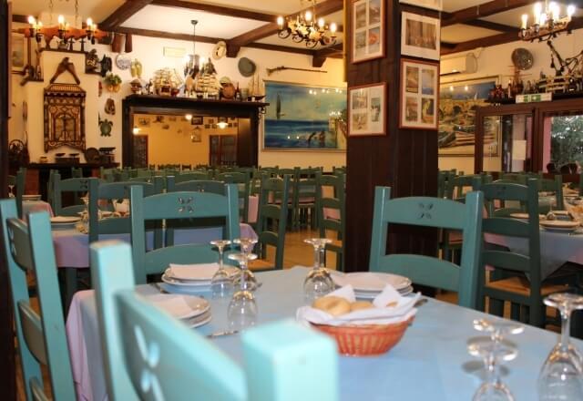 Tavoli apparecchiati nella sala ristorante