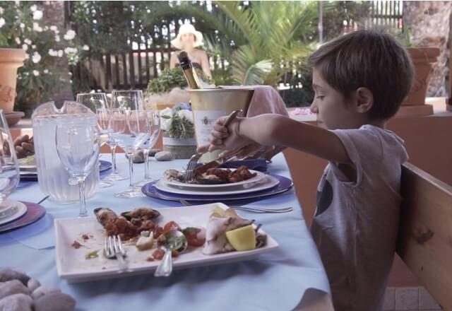 Bambino al ristorante i Velieri